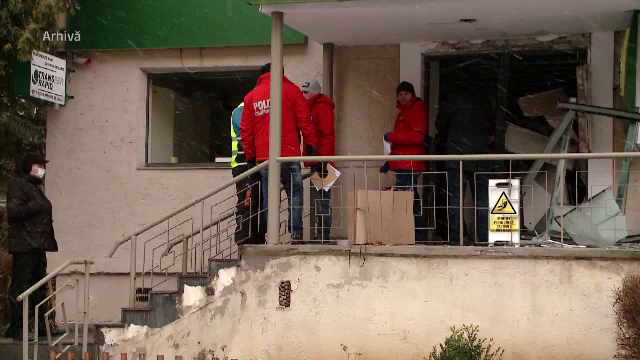 Doi hoți au aruncat în aer un bancomat, în Covasna. Ce au pățit când au ieșit din bancă