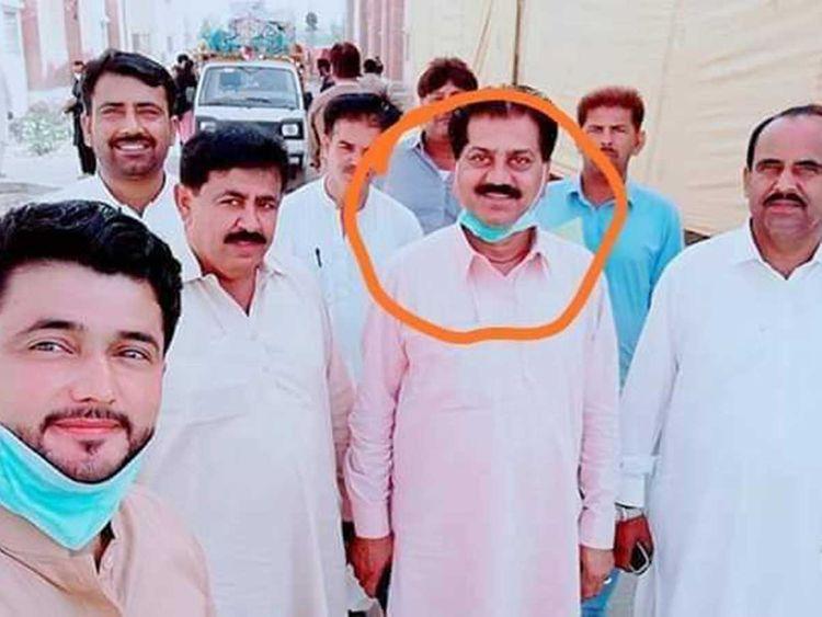 Funcționari pakistanezi, suspendați, după ce au făcut un selfie cu un bolnav de Covid-19