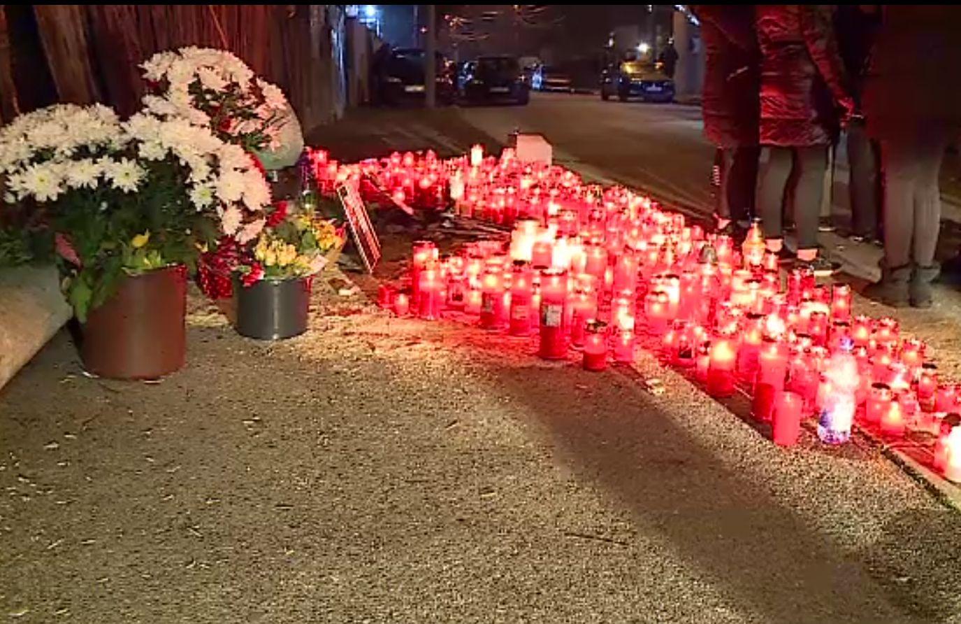 Priveghi la locul tragediei din Andronache. Rudele fetelor ucise în accident au aprins lumânări în memoria victimelor
