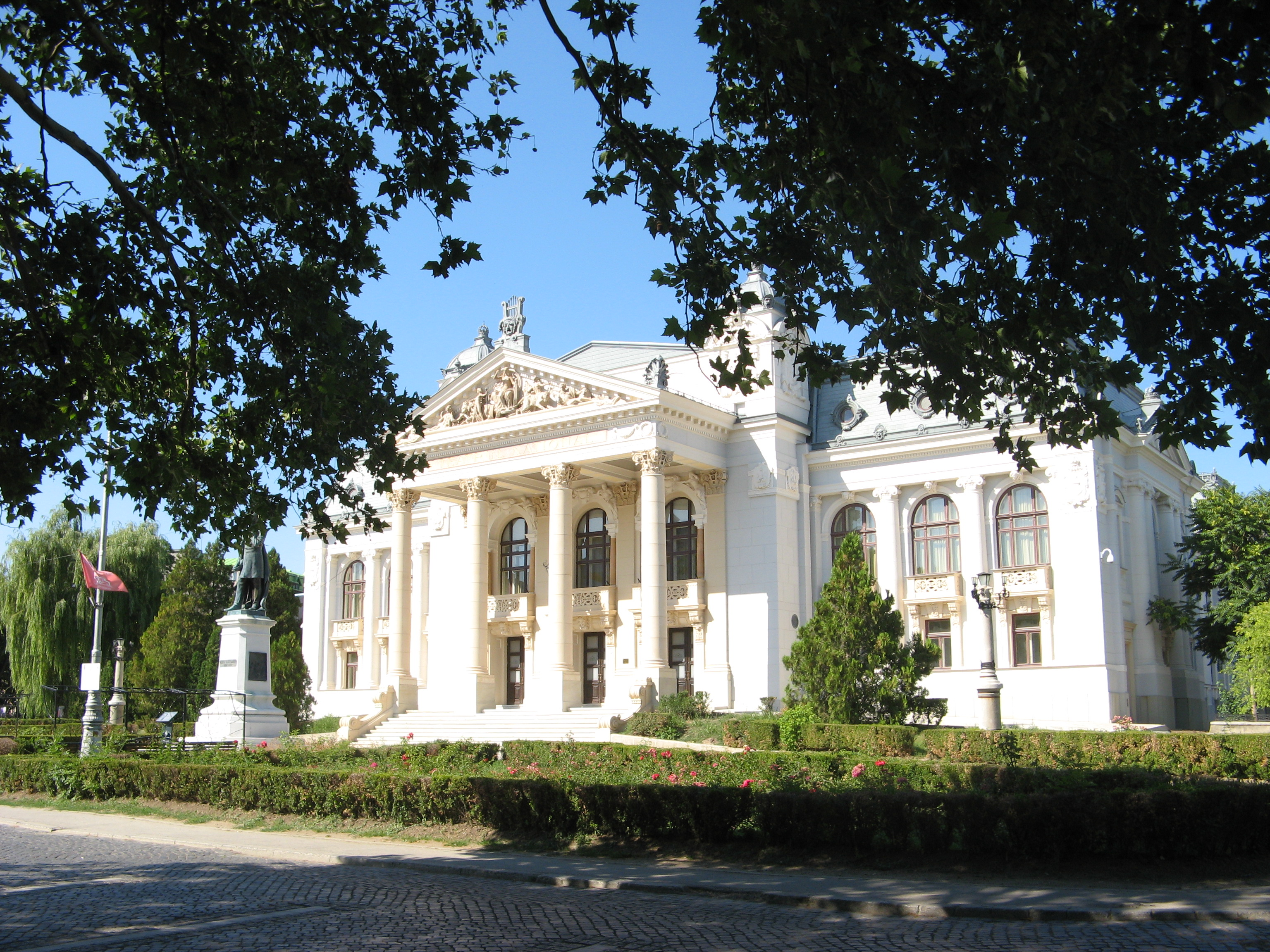 Zeci de percheziții ale DIICOT într-un dosar de delapidare la Opera Națională Iași. Beatrice Rancea, dusă la audieri