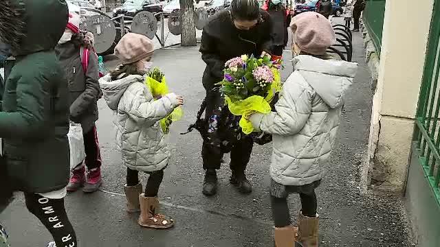 A fost sărbătoare de 1 martie în școli. Copiii au împărțit bucuroși flori și mărțișoare