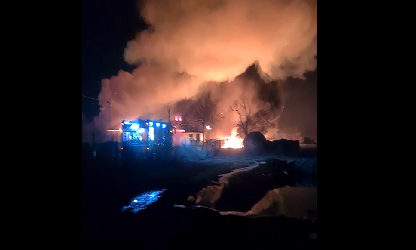 Incendiul violent de la fabrica de produse din țiței din Prahova ar fi izbucnit de la un aparat de sudură