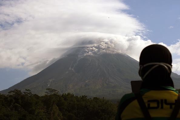 Doi vulcani au erupt în Indonezia. Coloanele de cenușă au urcat până la 5.000 de metri