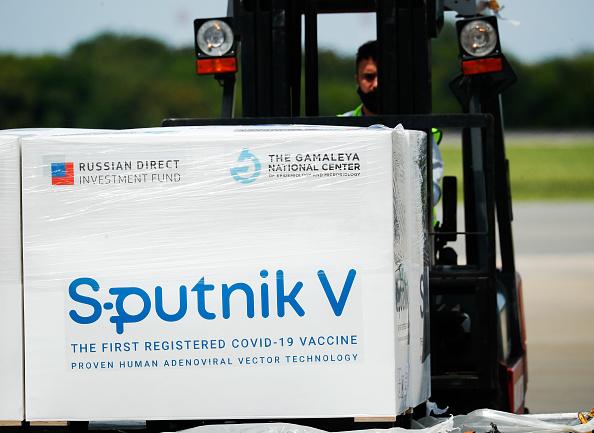 VIDEO. Slovacia a primit primul lot de vaccinuri Sputnik V. Țara are cea mai mare mortalitate din lume