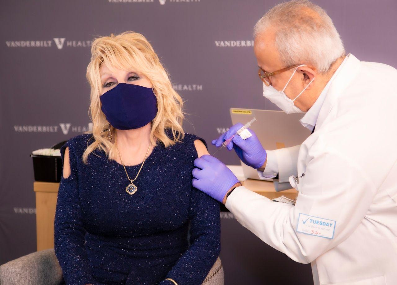 Dolly Parton s-a vaccinat pe ritmurile unui hit, parodiat chiar de către ea. Mesajul vedetei de muzică country