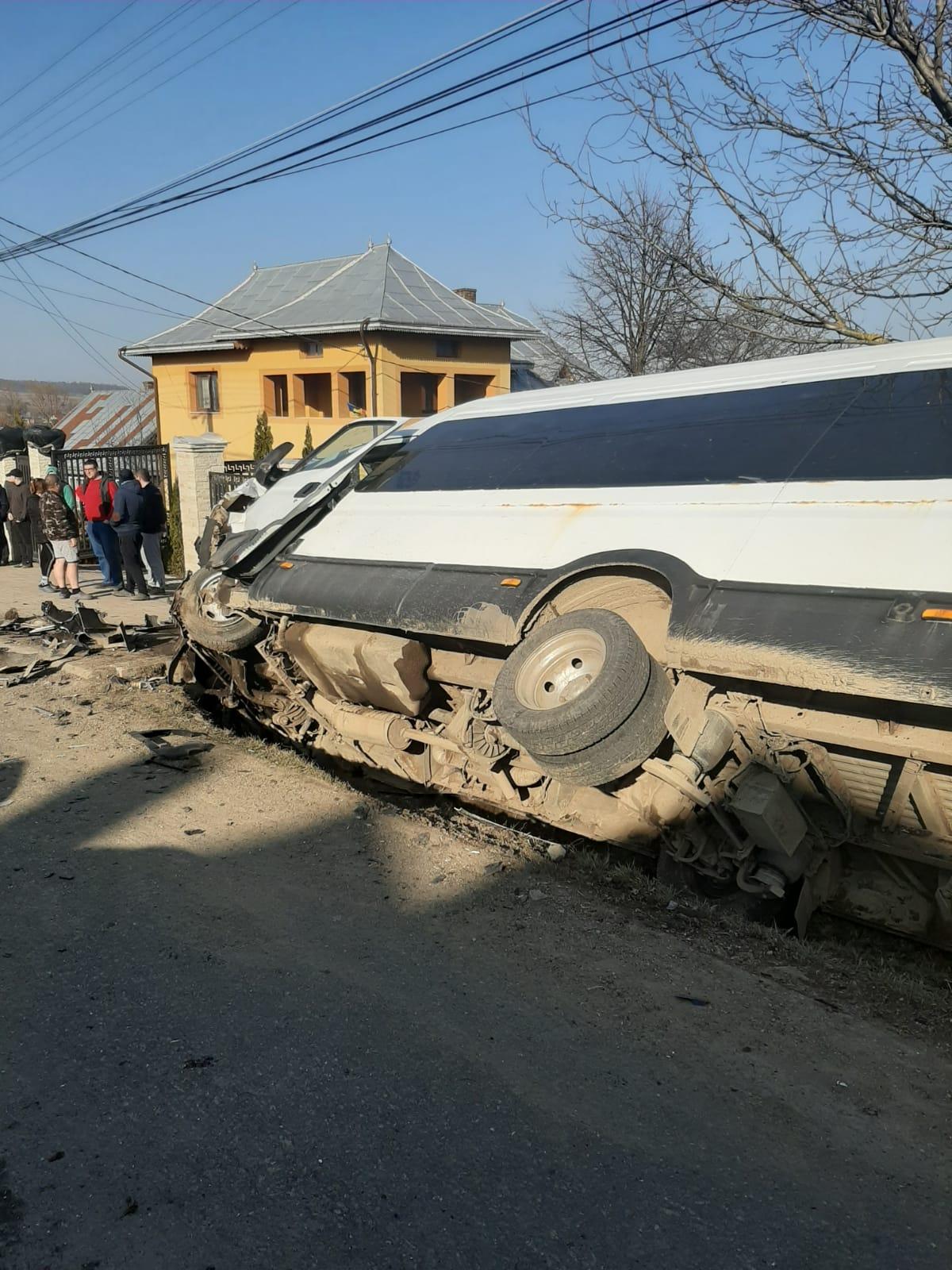 VIDEO. Microbuz cu 19 copii, lovit în plin de un autoturism. A fost activat planul roșu