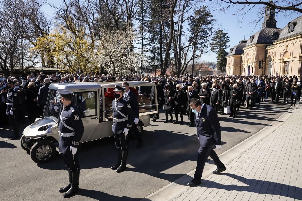 Mii de persoane au participat la funeraliile primarului Zagrebului. FOTO