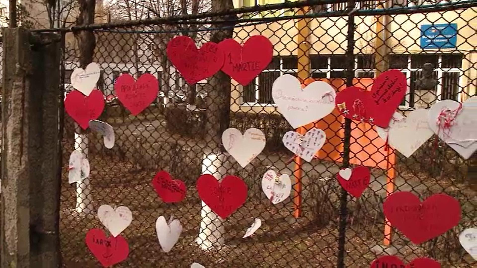 Mai mulți elevi din Cluj au împânzit gardurile școlii cu zeci de mărțișoare în formă de inimă