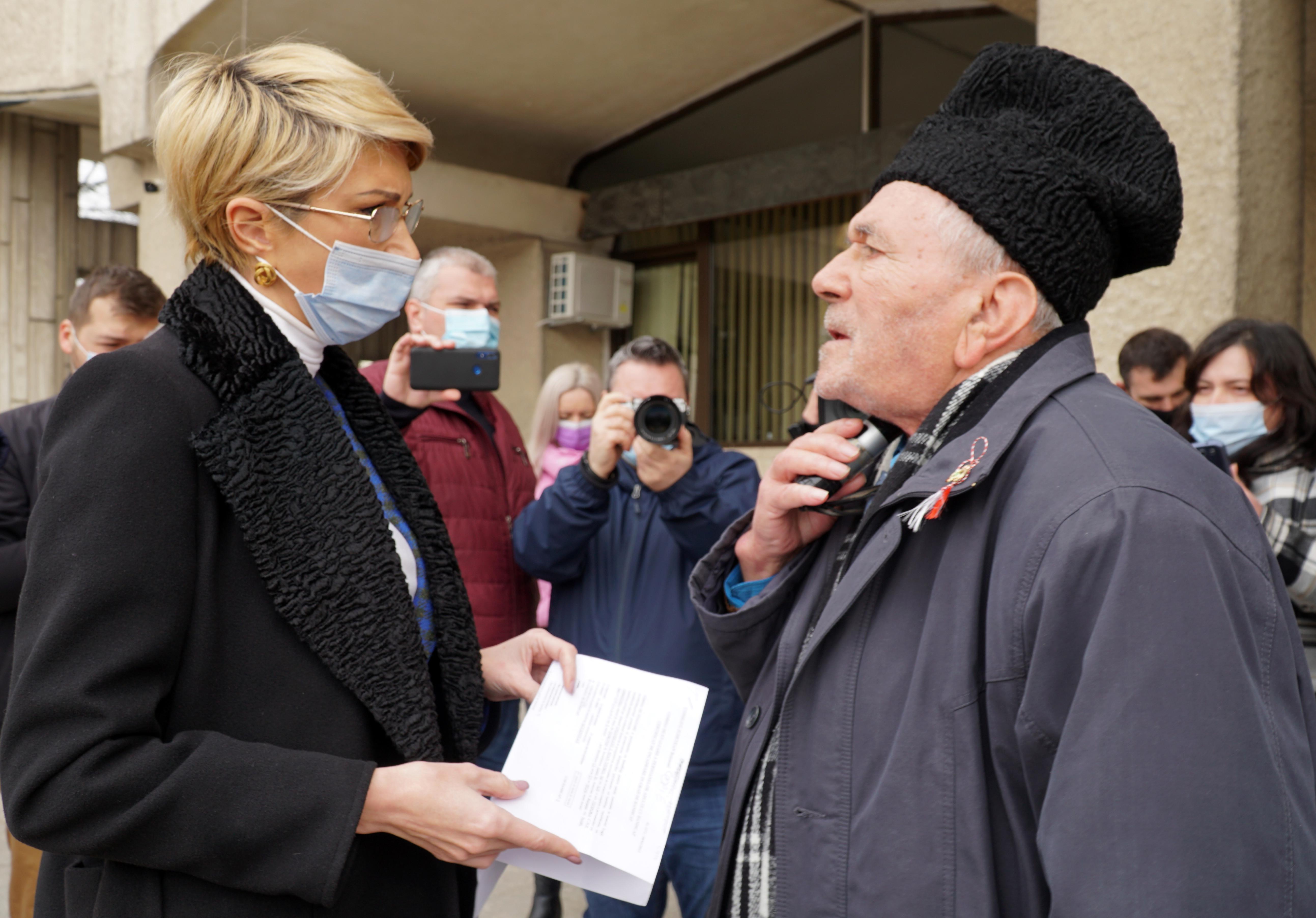 Un pensionar i-a oferit o ciocolată ministrului Muncii, în semn de recunoştinţă pentru că i-a ascultat problemele