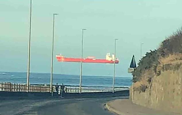 Un vapor ce pare că plutește deasupra mării, surprins în UK. Care este explicația