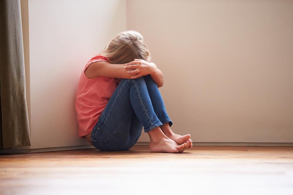 Fată de 13 ani, abuzată sexual de mama şi de tatăl ei timp de 5 ani. Părinţii au fost reţinuţi