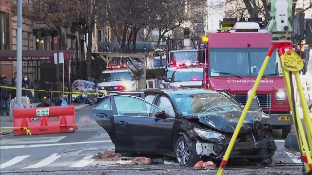 O maşină a intrat în viteză într-o terasă aglomerată din New York. Bilanţul accidentului