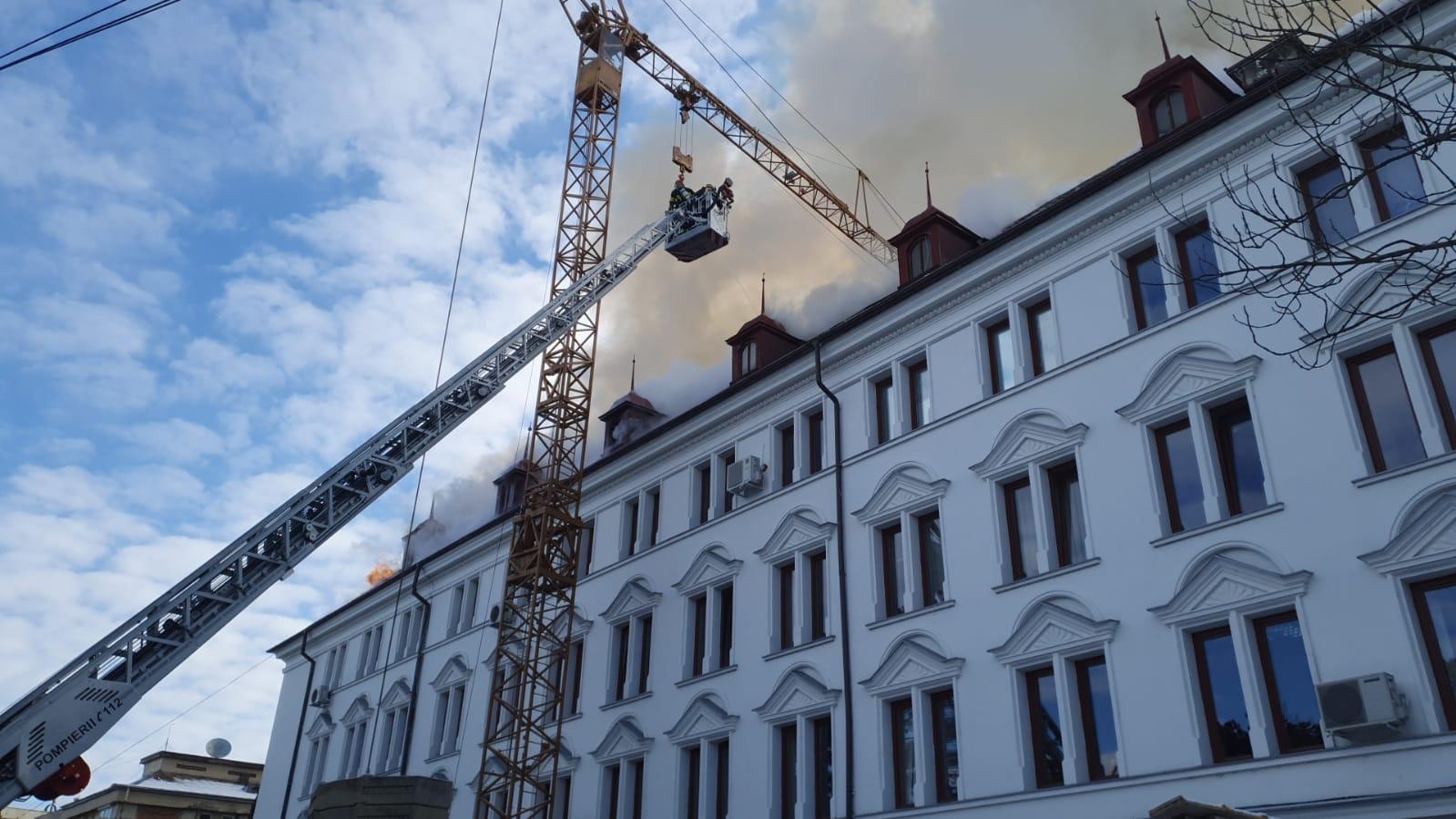 Incendiu uriaș la Palatul Administrativ din Suceava. Au ars 2.000 de mp din mansardă