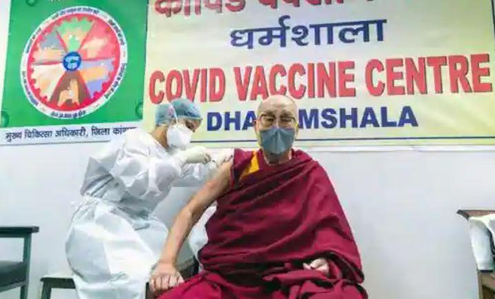 Dalai Lama a primit vaccinul anti-COVID.
