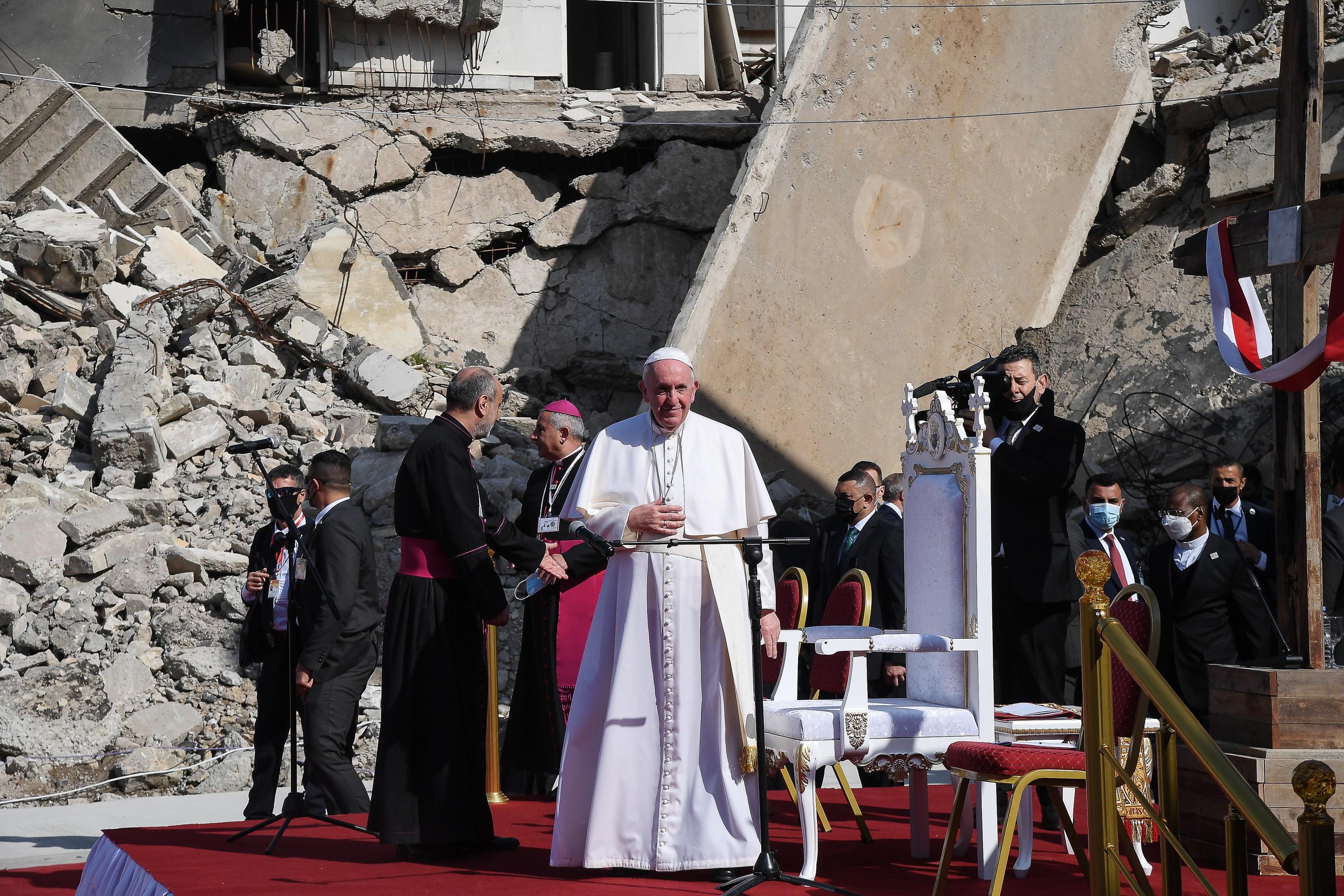 Imagini istorice cu Papa Francisc în ruinele din Mosul, oraș devastat de războiul cu Statul Islamic