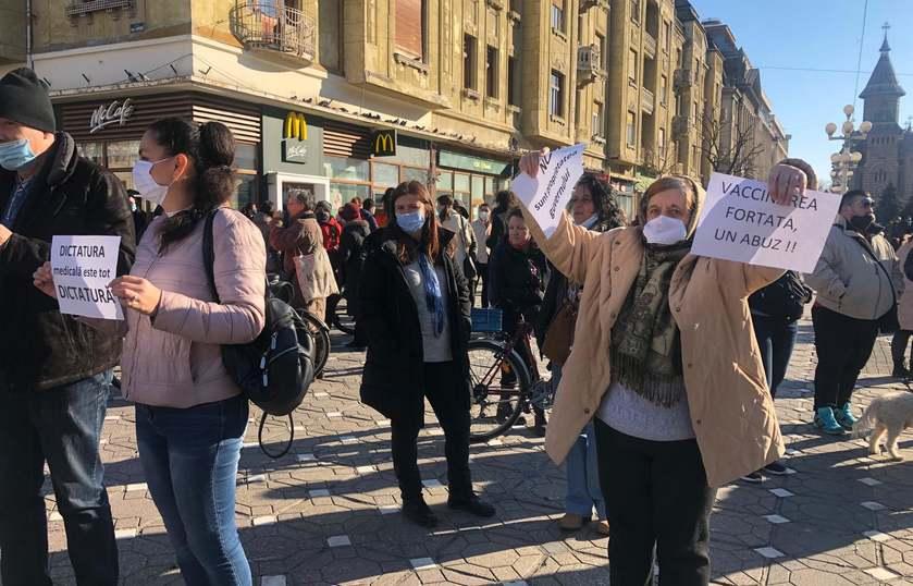 """Protest la Timişoara, înainte de intrarea în carantină. Oamenii au strigat """"Fără carantină"""" și """"Libertate"""""""