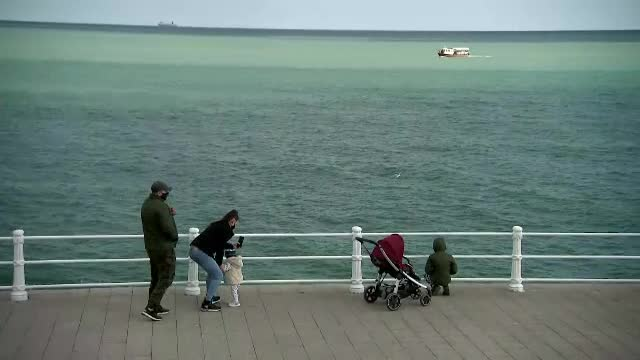 """Vremea caldă de pe litoral a atras turiștii la mare. """"Zici că eşti în Grecia"""""""