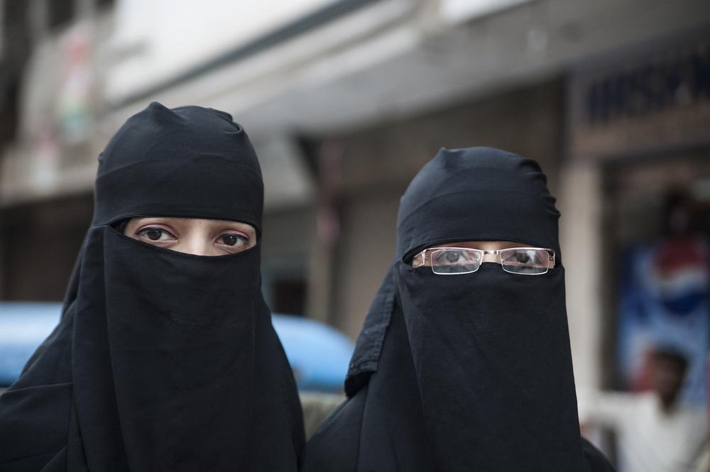 Elveția a interzis acoperirea completă a feţei în public. Voalul islamic a devenit ilegal