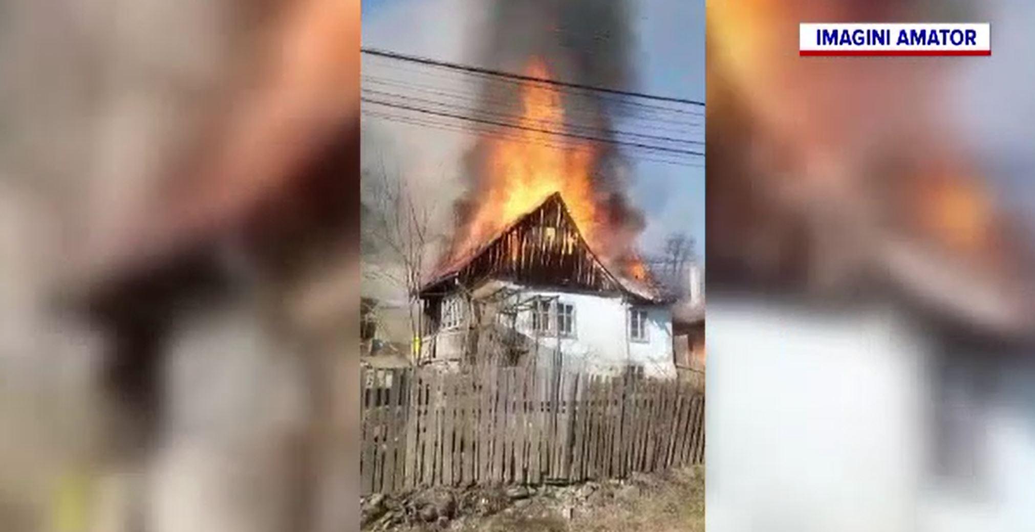Familie din Bistrița-Năsăud, rămasă pe drumuri după ce casa le-a fost mistuită de un incendiu