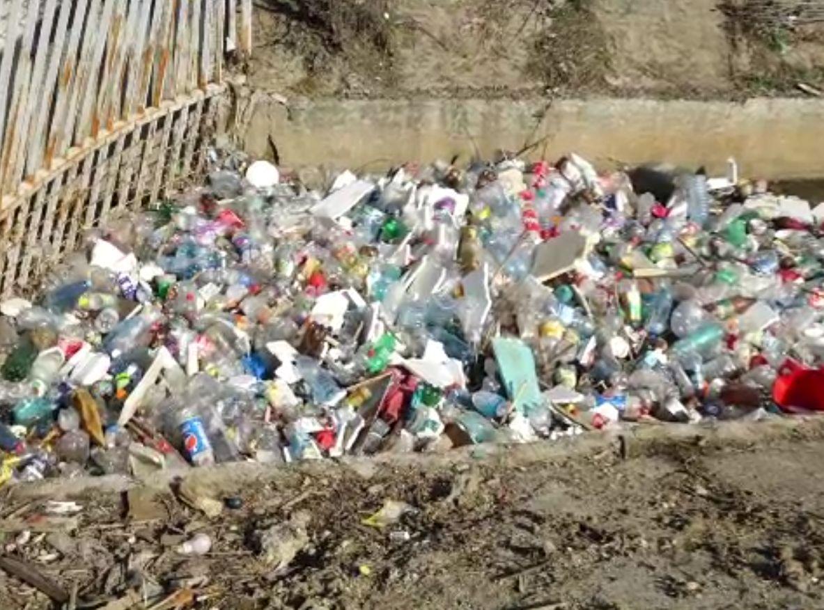 Râul din Baia Mare, sufocat de gunoaie. S-au pus camere, dar nu s-a dat nicio amendă