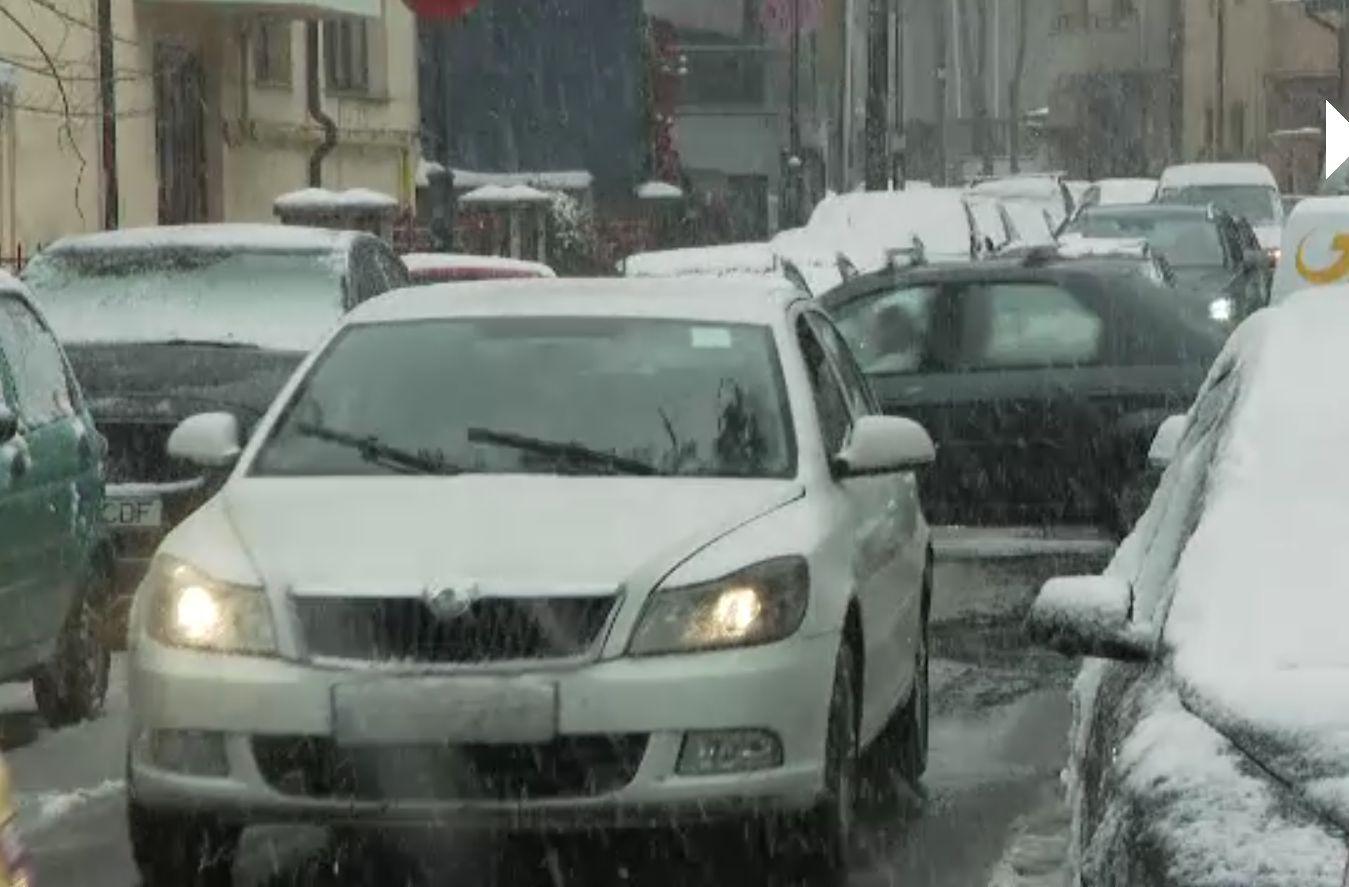 Ministrul Mediului le cere românilor să-şi lase măcar vinerea maşinile acasă. Transportul în comun ar putea fi gratuit vineri