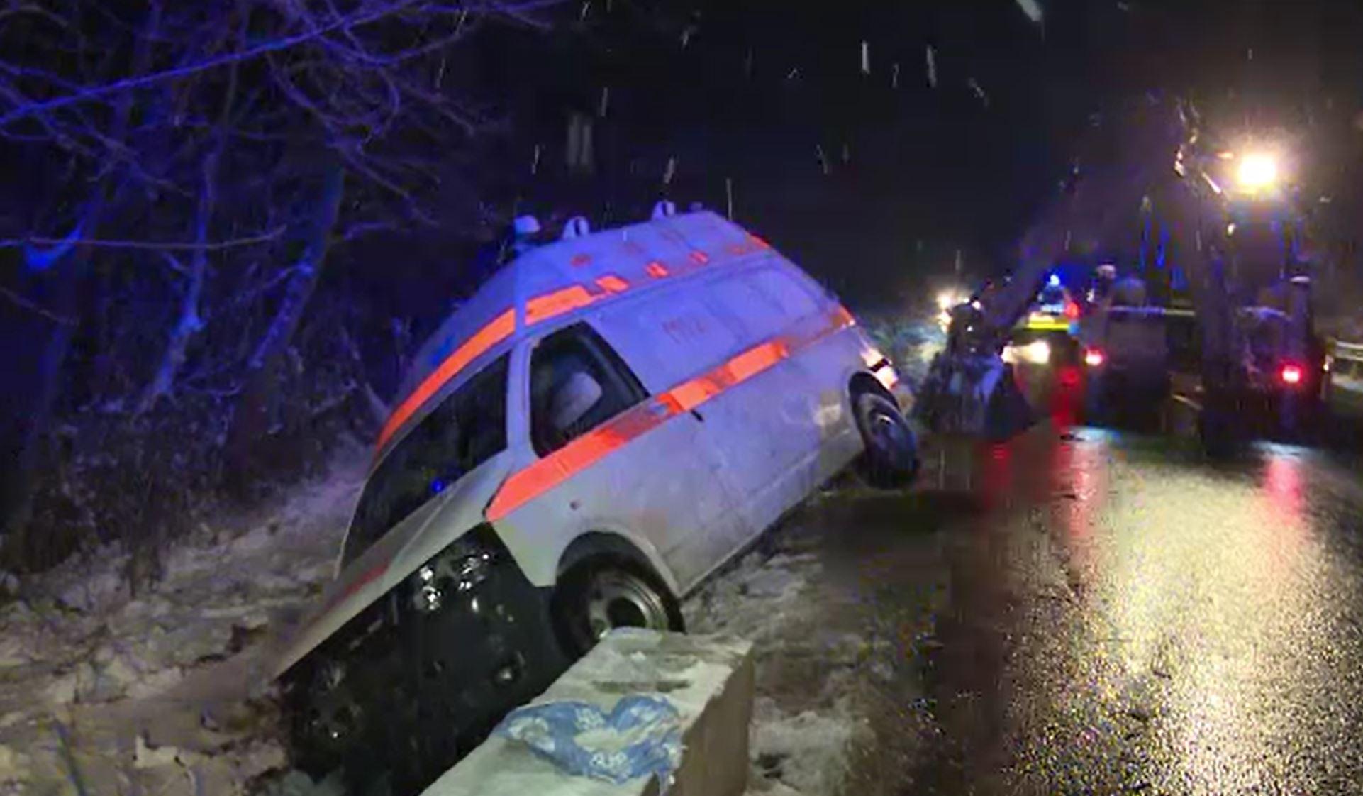 Accident grav în Dâmbovița. O ambulanță s-a răsturnat, în timp ce transporta o pacientă gravidă