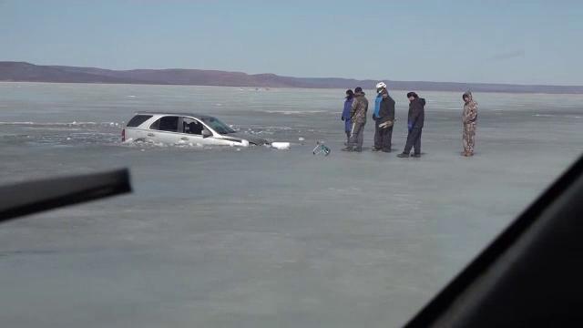 Tragedii în lanț în Siberia. Pescarii merg cu mașinile pe râuri înghețate, deși încep să se topească