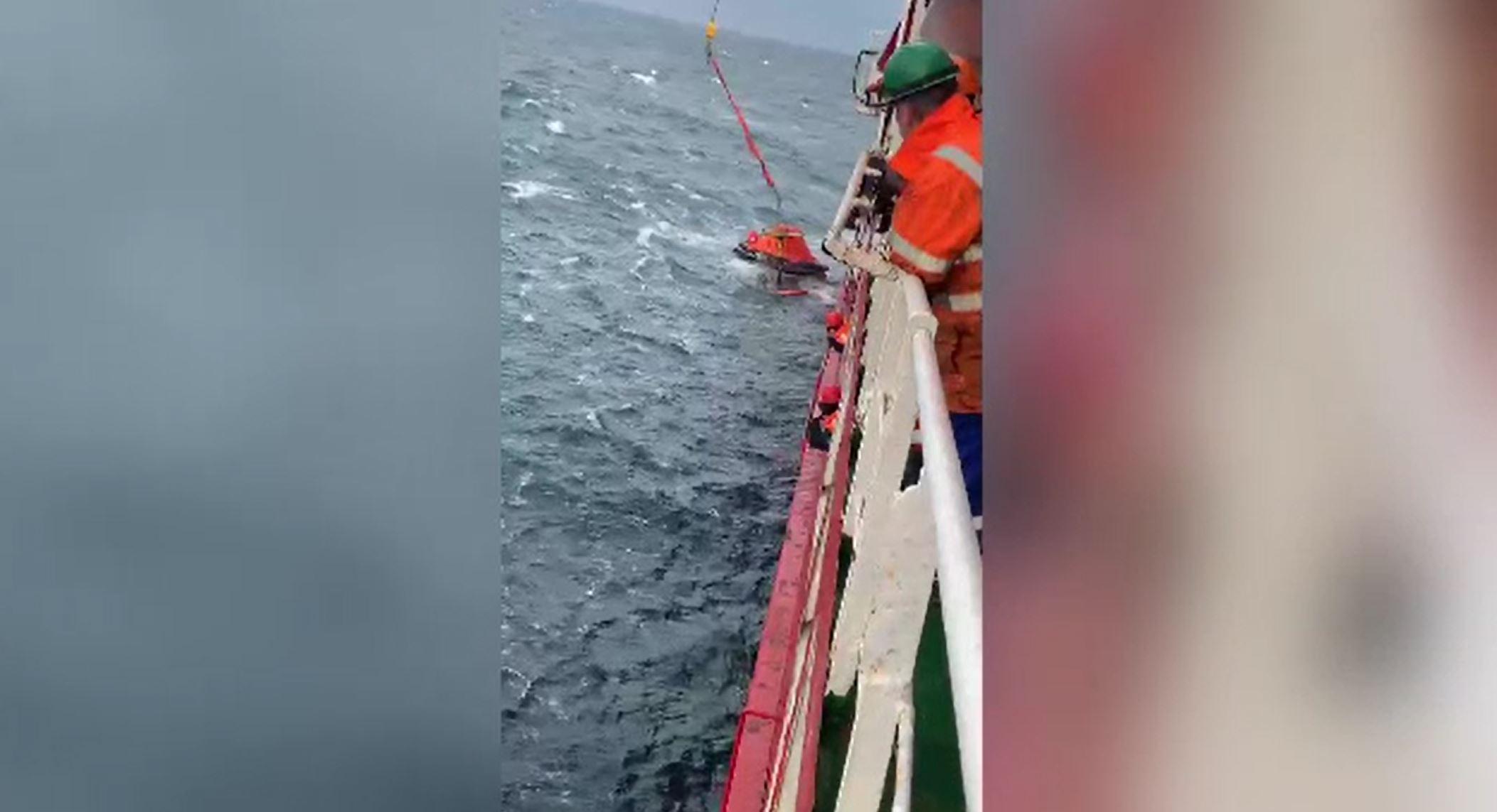Marinarii ucraineni salvaţi după scufundarea cargoului