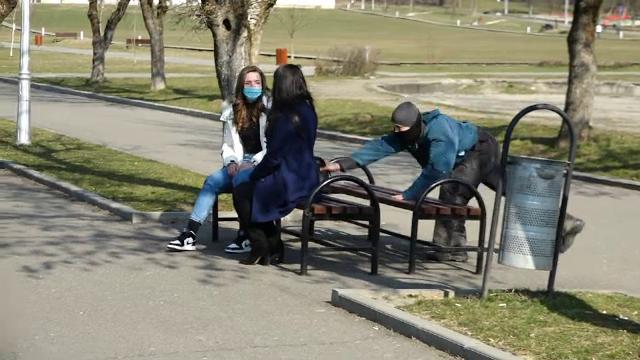 Poliţiştii din Baia Mare au simulat prinderea unui hoţ de poşete în parc
