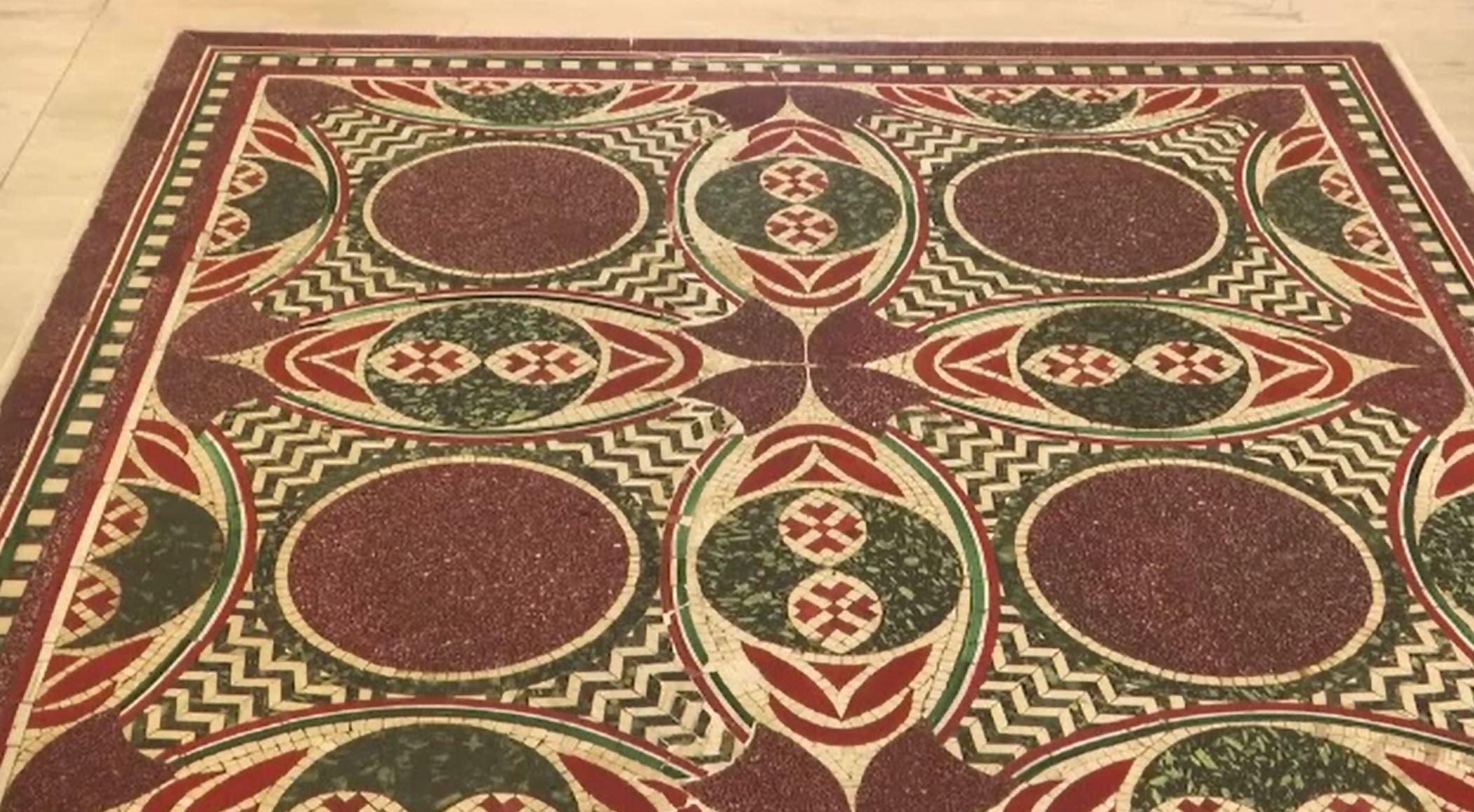 Povestea unui mozaic realizat pentru împăratul Caligula. A zăcut pe fundul apelor, apoi a devenit măsuță de cafea