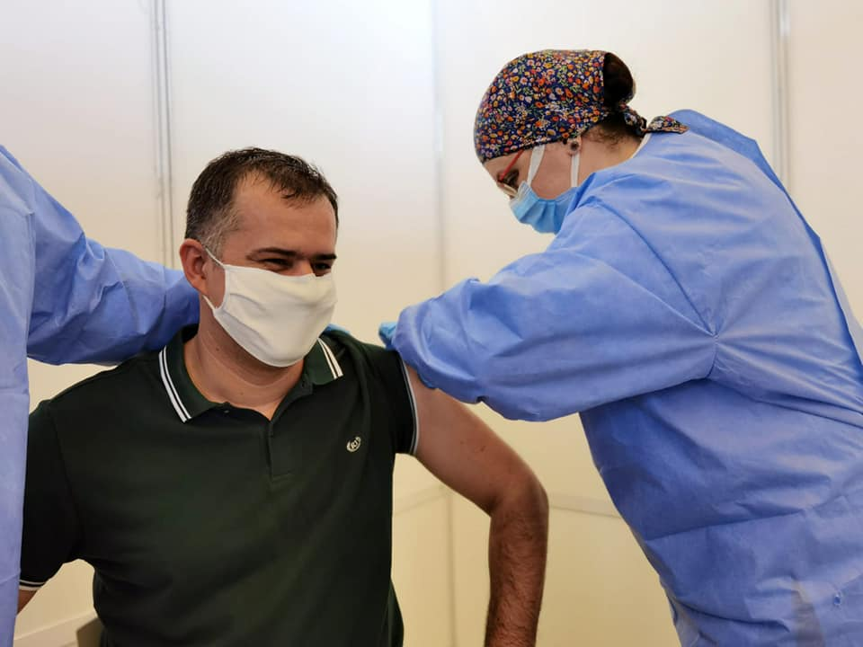Primarul Bacăului, vaccinat cu ser din lotul AstraZeneca retras din Italia, confirmat ulterior cu COVID-19