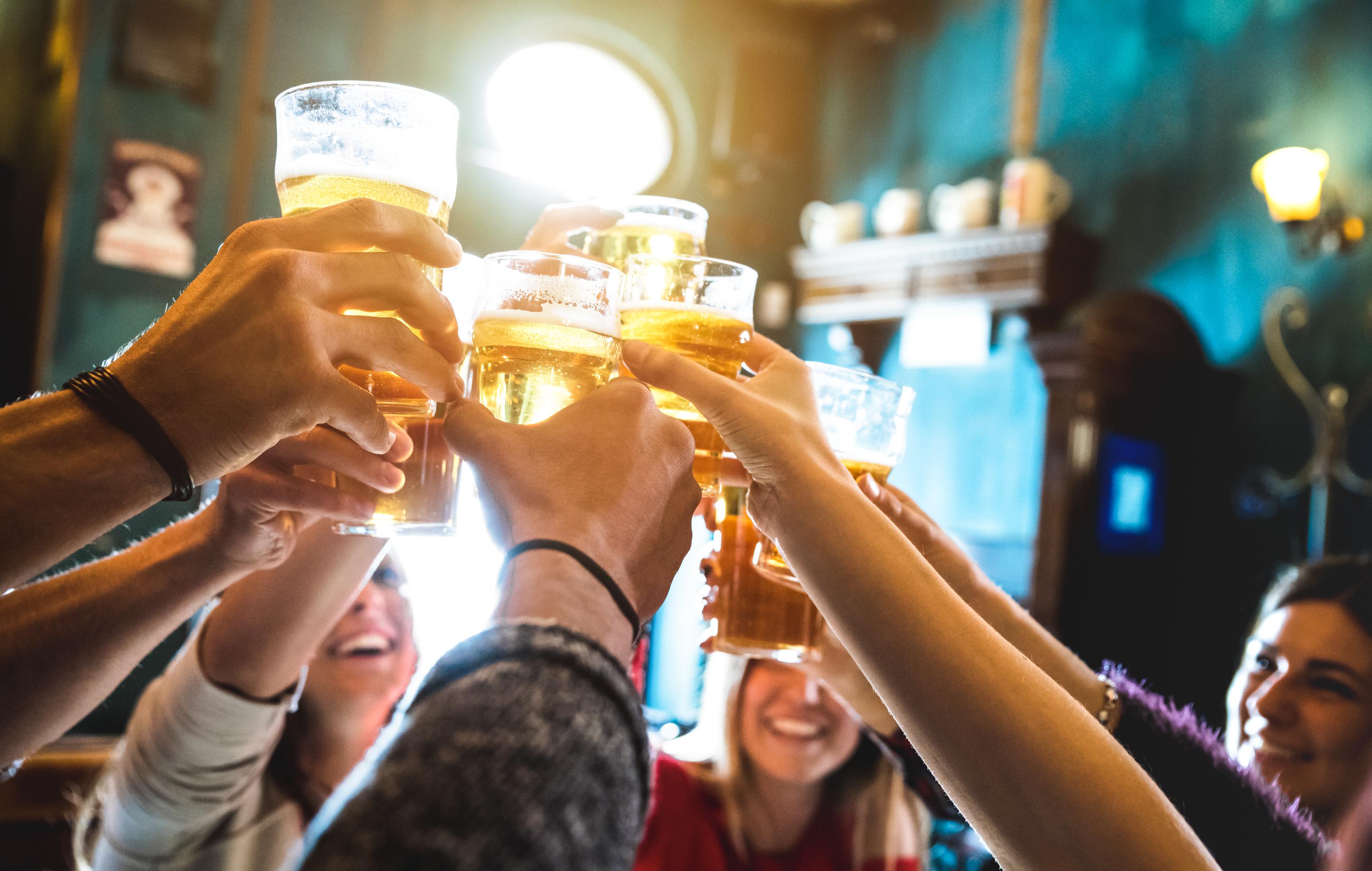 Britanicii au sufocat pub-urile și restaurantele cu rezervări. Nu mai sunt locuri săptămâni întregi după data redeschiderii