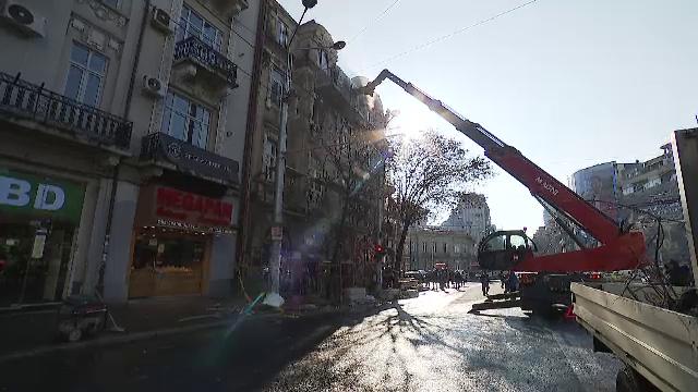 Fațada unei clădiri risca să se prăbușească peste trecători, în București. Pompierii au intervenit de urgență