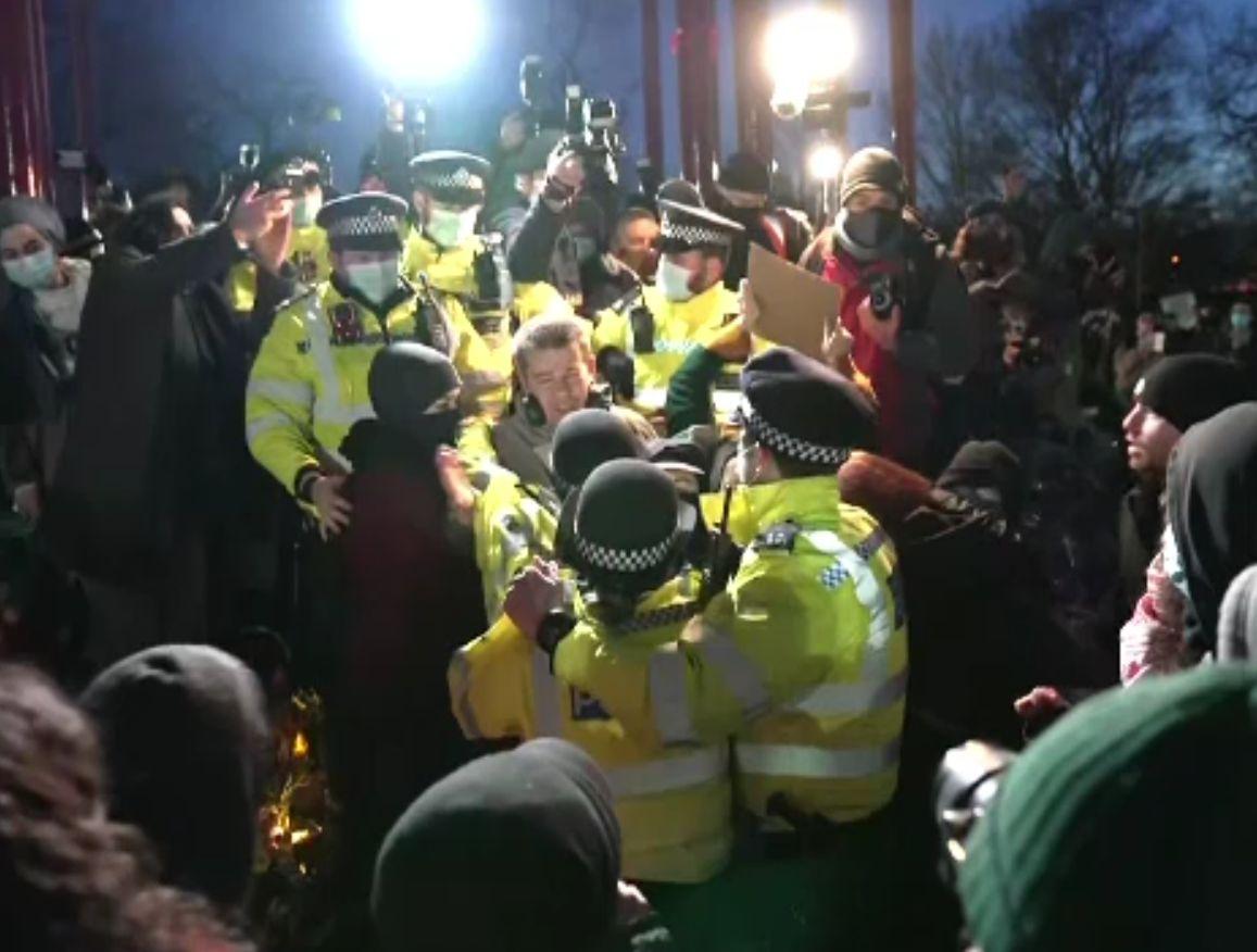 Poliţia londoneză, criticată după reprimarea dură a unei manifestaţii pentru o tânără ucisă de un poliţist