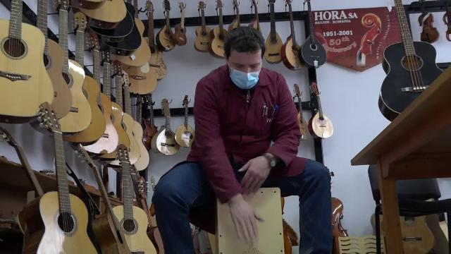 Fabrica de la Reghin cunoscută pentru viorile sale unice a început să producă un instrument neobișnuit. Despre ce este vorba