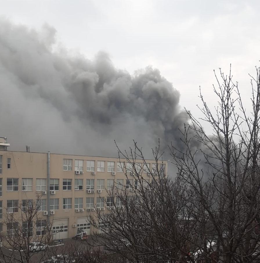 VIDEO. Incendiu puternic în București, în Sectorul 4. Pompierii intervin la fața locului