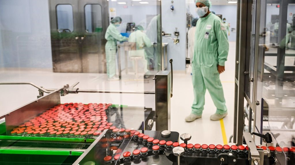 """Un expert sanitar britanic susţine că suspendarea administrării vaccinului AstraZeneca ar putea reprezenta un """"dezastru''"""