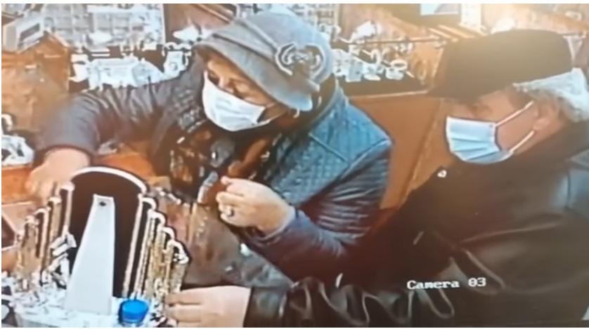 VIDEO Recompensă pentru prinderea a doi bătrâni care au furat bijuterii din mai multe magazine din Vaslui și Iași