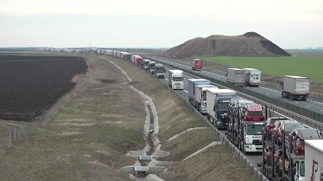 Cozi de 25 de km formate de TIR-uri, la punctele de trecere spre Ungaria