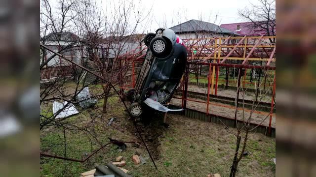 Accident neobișnuit în județul Bacău. O mașină a ieșit de pe șosea și a aterizat în curtea unei gospodării