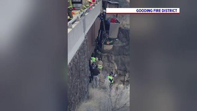 Operațiune la limită în SUA. O camionetă a rămas suspendată pe un pod, la zeci de metri de sol