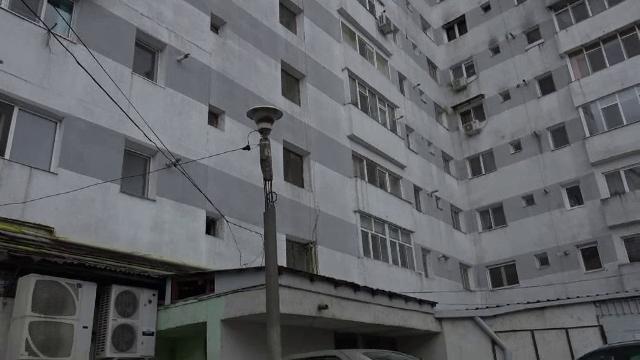 O femeie din Bârlad a murit, după ce a căzut de la etajul 7 al unui bloc. Părinții au găsit un mesaj de adio