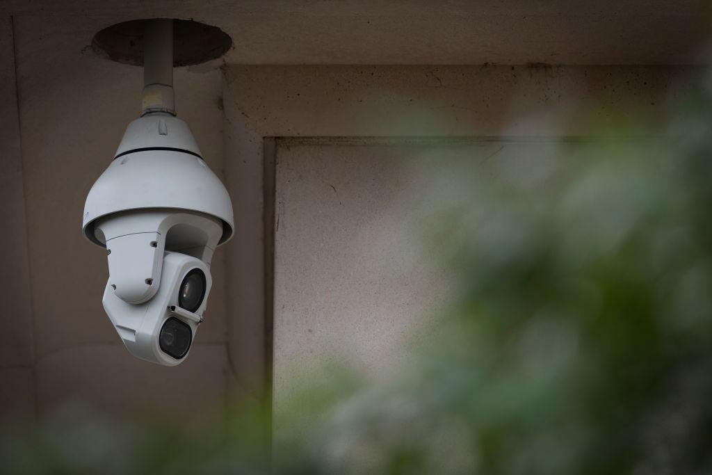 Au spart un magazin și au fugit cu camera de supraveghere video. Cum s-a terminat