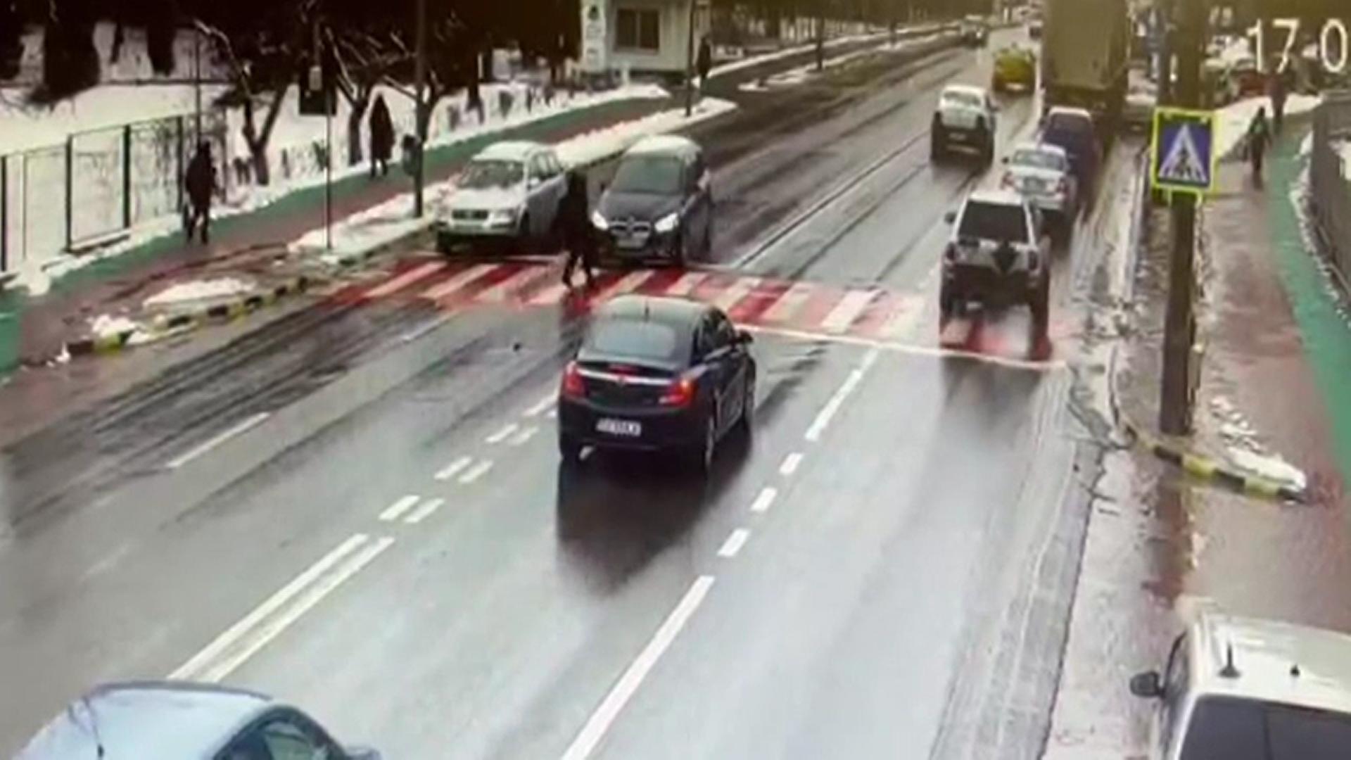 O femeie din Suceava a fost lovită în plin pe trecerea de pietoni chiar în faţa Spitalului Judeţean