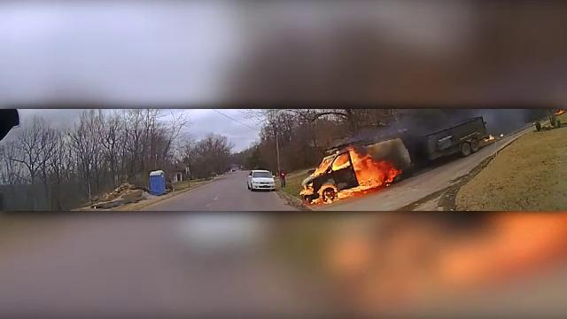 Un camion în flăcări a tăiat calea unei mașini de poliție în SUA. Ce s-a întâmplat apoi. VIDEO