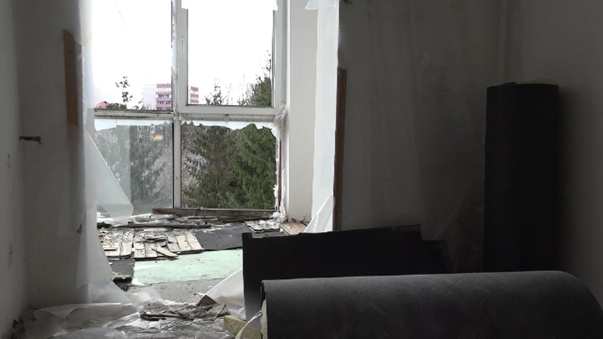 Își caută dreptatea de 6 ani după ce apartamentele le-au fost distruse de o explozie. Între timp au fost invadate de porumbei