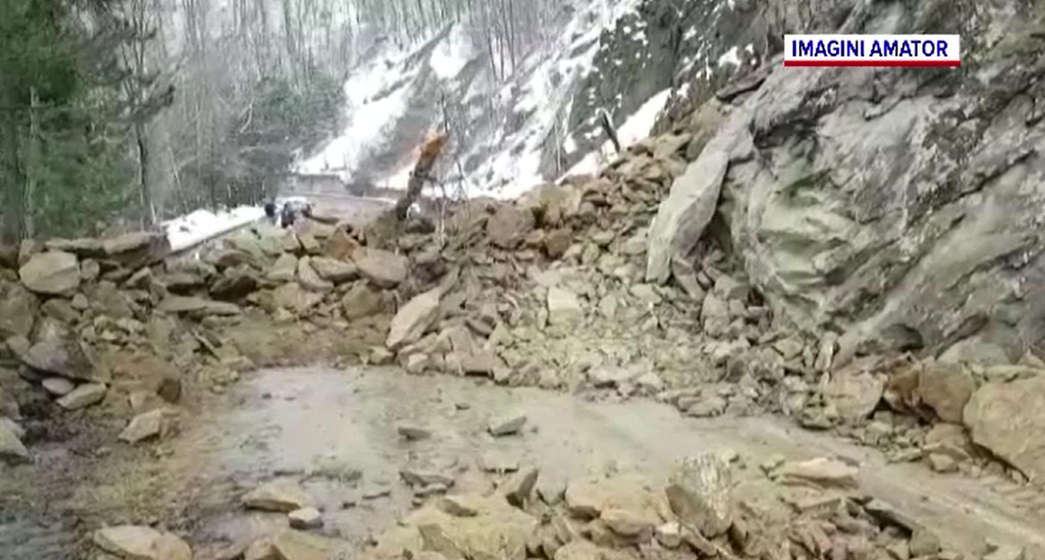 DN10, blocat după ce mai multe stânci s-au prăbușit pe carosabil. Se recomandă rute ocolitoare