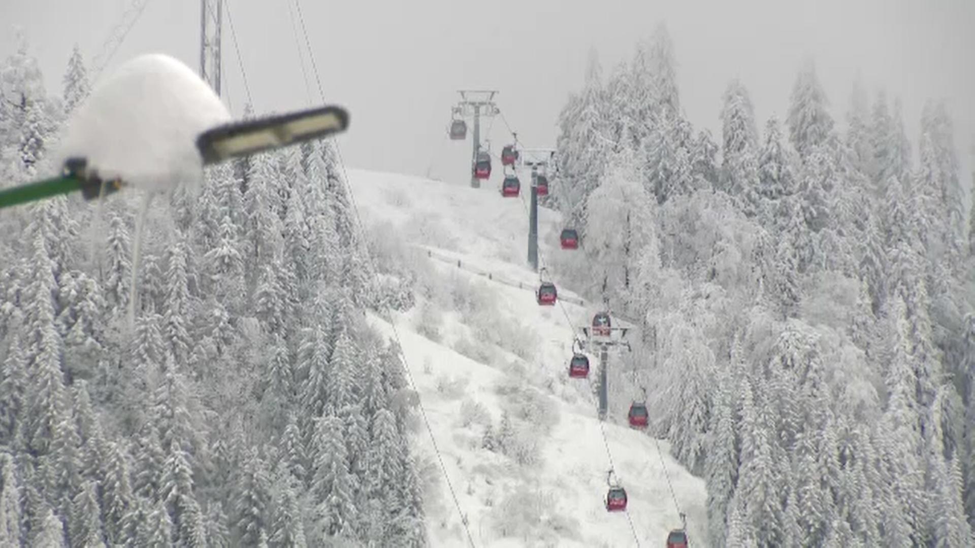 Ninsorile din ultimele zile au relansat sezonul de schi. Prețurile au scăzut la cazări