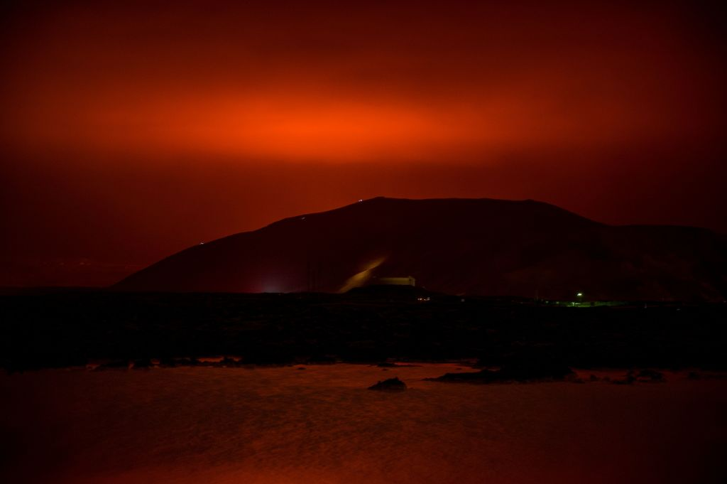 Un nor roşu a luminat cerul în Islanda, după ce un vulcan a erupt