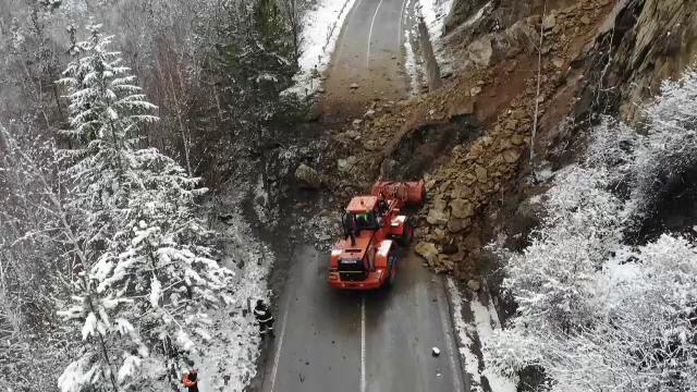 Autoritățile încearcă de 3 zile să deblocheze DN10, după ce un versant s-a prăbușit pe șosea